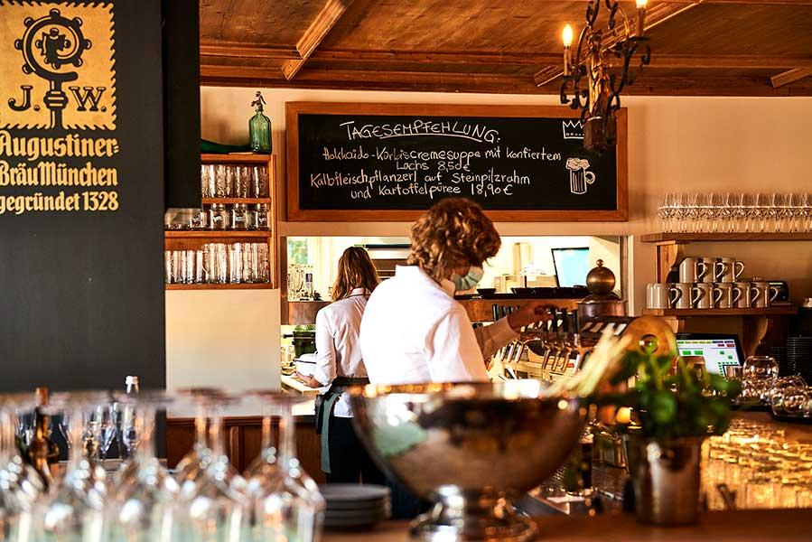 Gaststube mit Bar